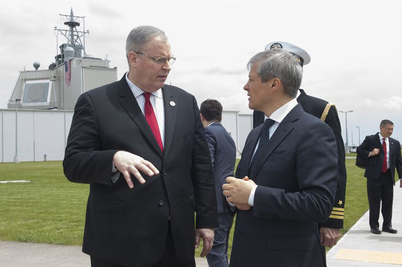 Deputy Defense Secretary Bob Work speaks to Romanian Prime Minister Dacian Ciolos